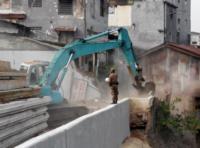 A bulldozer demolishing buildings, 20 August 2015. Photo: Azas Tigor Nainggolan.