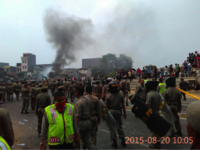 Clashes between residents and police. Photo: Abdul Muiz, Ciliwung Merdeka.