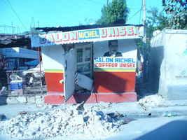 No solo las grandes edificaciones sufrieron en Puerto Príncipe, sino también viviendas y negocios informales como estos.