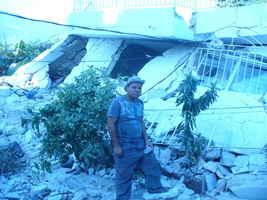 Pedro Sánchez, de la Antena Santo Domingo y Caribe ante una derrumbada  en Puerto Principe.