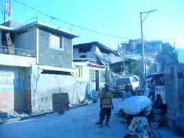 Pese a toda la adversidad la gente permanence en las calles y en actividades, mientras jóvenes se mantienen ayudando a la población.