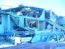 Un edificio de tres plantas derrumbado y donde todavía a 10 días de la catastrophe nada ha sido removido
