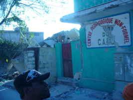 Refugio y centro de atenciones en salud ofrecido por la iniciativa de PAPDA y otras organizaciones en un local parcialmente destruido