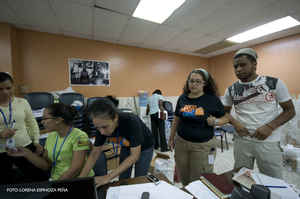 Santo Domingo- Haiti: Centro Bonó, recibiendo donaciones en la noche del 14/1/10 y Centro Poveda, Reunión del 15/1/10 - Foto de Lorena Espinoza